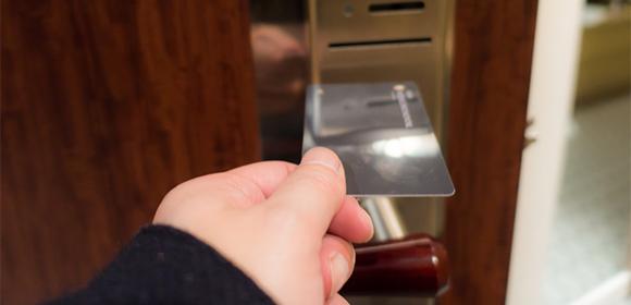カードキーで部屋の扉を開けるシーン