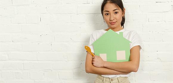 家の鍵について考える女性