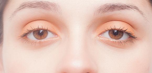 外国人女性の眼球