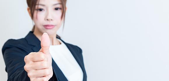 指紋認証の扉を開けようと親指を差し出す女性
