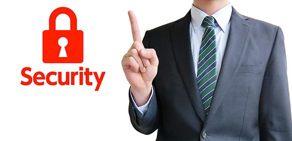 セキュリティーについて語るスーツ姿の男性