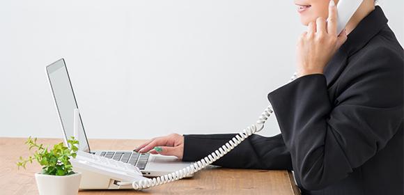 コールセンターで電話を受ける女性
