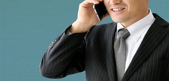 鍵開け業者に電話で依頼する男性
