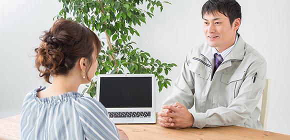 鍵開けを依頼する女性と話を聞く業者の男性
