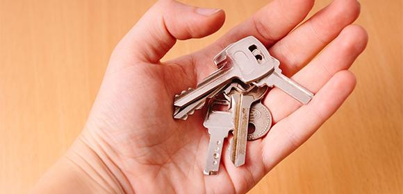 ハイテクロックに変えようか鍵を見つめて悩んでいる